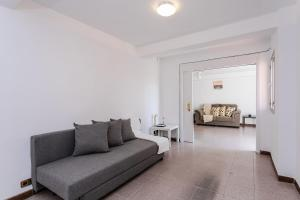 A seating area at Spacious 4 bed/2 bath flat minutes from the beach