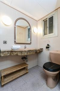 A bathroom at Spacious 4 bed/2 bath flat minutes from the beach