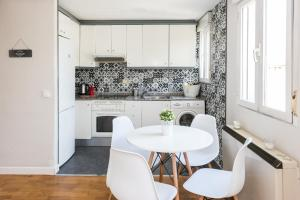 A kitchen or kitchenette at Apartments Madrid Principe 2