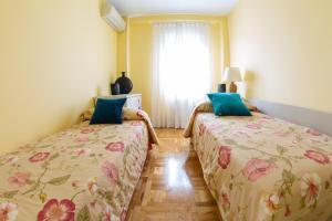 A bed or beds in a room at Apartamentos Duque Martinez Izquierdo.