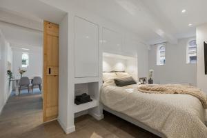 Een bed of bedden in een kamer bij BED'R Warehouse Apartment Groundfloor