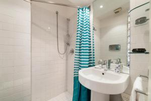 A bathroom at Charming and bright 2 bed flat in San Giovanni