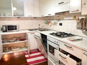 A kitchen or kitchenette at Prato Della Valle Sweet Suite