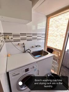 A kitchen or kitchenette at Cosy easy access home near Perth CBD and Fremantle