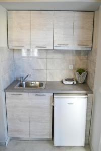 Η κουζίνα ή μικρή κουζίνα στο Magda Rooms ''Sea View''