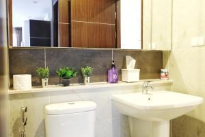 A bathroom at Luxury Condo near Night Bazzar