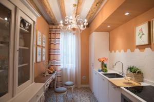 A kitchen or kitchenette at Venezia Ca' Drì Apartment