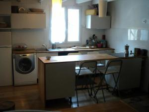 A kitchen or kitchenette at Holiday home Traverse Puget