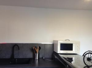 A kitchen or kitchenette at Le Mas du Bijou Bleu