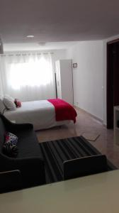 A bed or beds in a room at Casa do Bugio