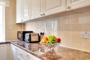 A kitchen or kitchenette at Kingswood Apartment