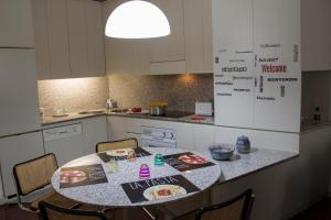 A kitchen or kitchenette at A casa di Davide