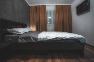 A bed or beds in a room at Victoriei Blvd Apartment