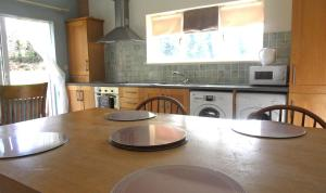 A kitchen or kitchenette at Ethan Cottage