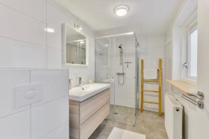 A bathroom at Spacious Family Holiday Home (7p), Free indoor parking