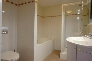 A bathroom at Residence Zeezicht