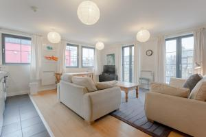A seating area at Spacious 2 Bedroom Stoke Newington Flat