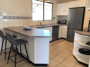 Ett kök eller pentry på Riverwalk Retreat
