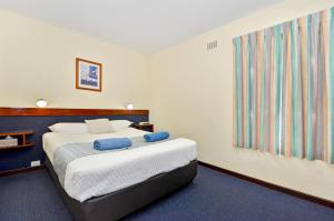 A bed or beds in a room at Dolphin Lodge Albany - Self Contained Apartments at Middleton Beach