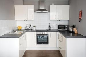 A kitchen or kitchenette at Dream Apartments Belfast