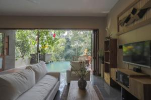 A seating area at Harum Sari Ubud Private Villa