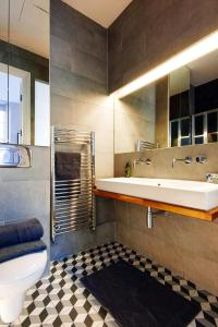 A bathroom at ARCORE Premium Apartments: Grafton Way