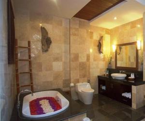 A bathroom at Harum Sari Ubud Private Villa