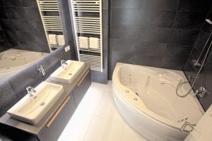 A bathroom at Marina Apartments Regensburg