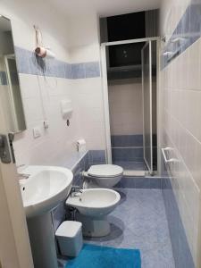 A bathroom at grazioso monolocale