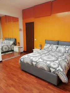 A bed or beds in a room at grazioso monolocale