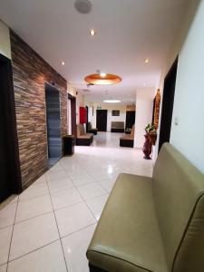 Vestibiulis arba registratūra apgyvendinimo įstaigoje Al Fakher Hotel Apartments & Suites