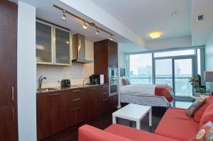 A kitchen or kitchenette at Hav-Inn suites- Union Station & Financial District