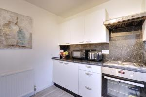A kitchen or kitchenette at Walter House