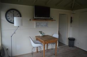 A television and/or entertainment center at Tuinverblijf Lauwersmeer