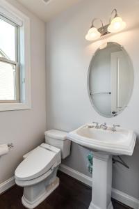 A bathroom at Loudoun Escape - 4 Bedroom Executive Estate Near One Loudoun
