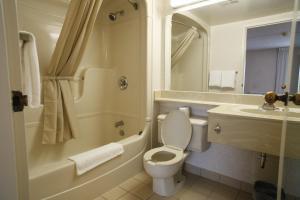 A bathroom at Résidences de L'Université d'Ottawa - Residence Rideau | University of Ottawa Residences - Rideau Residence