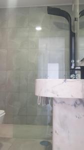 Bilik mandi di Porto Sea Apartments