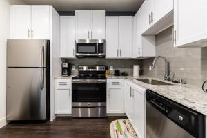 A kitchen or kitchenette at Urbanlights at Legacy West