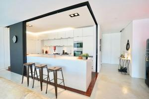 A cozinha ou kitchenette de Luxury Loft w/ Private Garden - Riverside Lx