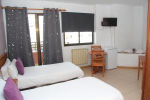 Apartamentos Gomila Park tesisinde bir televizyon ve/veya eğlence merkezi