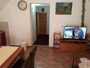 A television and/or entertainment centre at Apartment Mrsinj