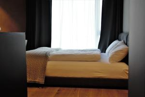 A bed or beds in a room at Andermatt Reuss