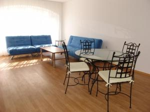 A seating area at Sarafovo Residence