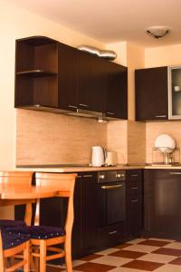 A kitchen or kitchenette at Arcadia Apart Complex