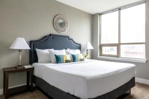 A bed or beds in a room at Stay Alfred at Dwell ATL