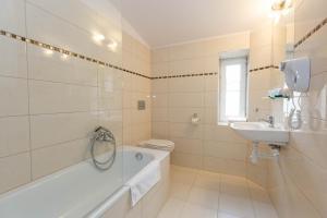 A bathroom at Leone Aparthotel