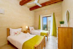 Łóżko lub łóżka w pokoju w obiekcie Ta' Sandrija
