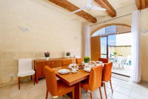 Restauracja lub miejsce do jedzenia w obiekcie Ta' Sandrija