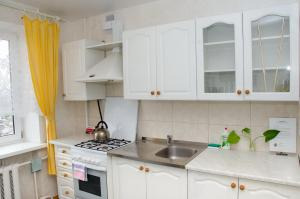 Кухня или мини-кухня в Apartament na Adamkovskoy