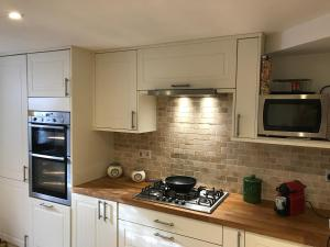 A kitchen or kitchenette at 10 Grove St - Bath Holiday Suites